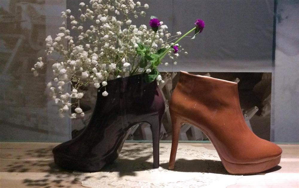 Bình gốm dáng giày cao gót
